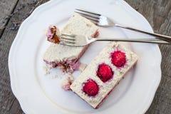 Gâteau au fromage de gâteau d'anarcadier et fraises crus de baies, cerises Photo libre de droits
