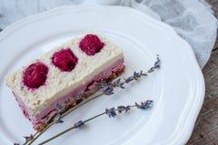 Gâteau au fromage de gâteau d'anarcadier et fraises crus de baies, cerises Photographie stock libre de droits