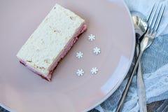 Gâteau au fromage de gâteau d'anarcadier et fraises crus de baies, cerises Photo stock