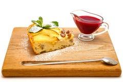 Gâteau au fromage de lait caillé avec des raisins secs et des pommes Photographie stock