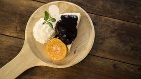 Gâteau au fromage de myrtille de plat en bois, vintage filtré images libres de droits
