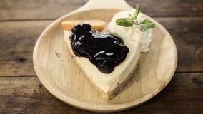 Gâteau au fromage de myrtille de plat en bois, vintage filtré images stock