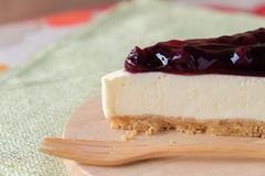 Gâteau au fromage de myrtille du plat en bois Photographie stock