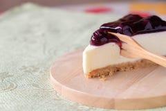 Gâteau au fromage de myrtille du plat en bois Images stock