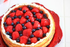Gâteau au fromage de myrtille et de Strawberrry Photos libres de droits