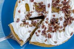 Gâteau au fromage de potiron avec l'écrimage crème fouetté image libre de droits