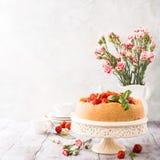 Gâteau au fromage et fleurs de fraise Photographie stock