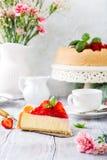 Gâteau au fromage et fleurs de fraise Photos libres de droits