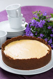 Gâteau au fromage et fleurs pourpres photographie stock libre de droits