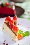 Gâteau au fromage et glace de plat avec l'écrimage de fruit. Images stock