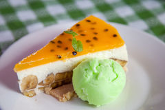 Gâteau au fromage et glace de plat avec l'écrimage de fruit. Photos stock