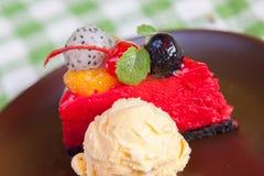 Gâteau au fromage et glace de plat avec l'écrimage de fruit. Photo stock