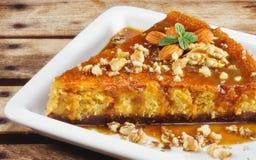 Gâteau au fromage fait maison de potiron avec des amandes et des noix Photographie stock libre de droits