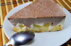 Gâteau au fromage frais de cacao avec l'ananas photographie stock libre de droits