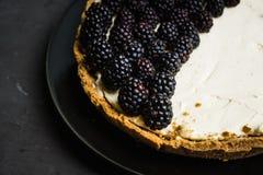 Gâteau au fromage frais de mûre sur le fond rustique photo stock