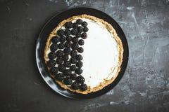 Gâteau au fromage frais de mûre sur le fond rustique image libre de droits