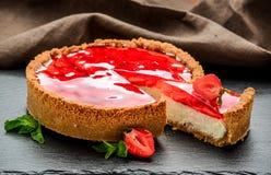 Gâteau au fromage froid avec la fraise et la gelée de fraise image libre de droits