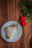 Gâteau au fromage le jour du ` s de Valentine avec la fraise, les coeurs de kiwi sur le sapin et le fond en bois Photographie stock libre de droits