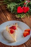 Gâteau au fromage le jour du ` s de Valentine avec la fraise, les coeurs de kiwi sur le sapin et le fond en bois Photo libre de droits