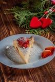 Gâteau au fromage le jour du ` s de Valentine avec la fraise, les coeurs de kiwi sur le sapin et le fond en bois Photos libres de droits