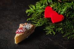 Gâteau au fromage le jour du ` s de Valentine avec la fraise, les coeurs de kiwi sur le sapin et le fond foncé Images stock