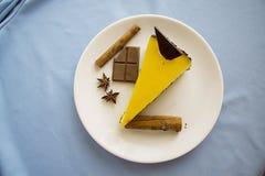 Gâteau au fromage savoureux de mangue avec du chocolat 10 Photographie stock libre de droits
