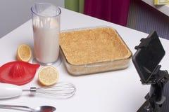 Gâteau au fromage sensible avec des myrtilles Ingrédients : support de biscuits, de citron et de remplissage sur la table Mélange Photo stock