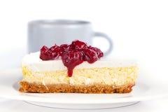 Gâteau au fromage sur une cuvette de plaque et de café sur une table Image libre de droits