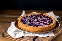 Gâteau au goût âpre savoureux de tarte avec les myrtilles fraîches servies sur Tray Wooden Background Homemade Pie en bois images stock