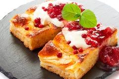 Gâteau aux pommes avec des baies de crème, de confiture et de forêt Images libres de droits