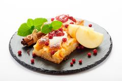 Gâteau aux pommes avec des baies de crème, de confiture et de forêt Photos libres de droits