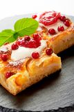 Gâteau aux pommes avec des baies de crème, de confiture et de forêt Photo stock