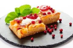 Gâteau aux pommes avec des baies de crème, de confiture et de forêt Photo libre de droits