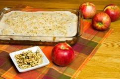 Gâteau aux pommes Avec des pommes et des noix Photographie stock