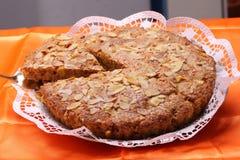 Gâteau aux pommes avec la tranche coupée Images stock