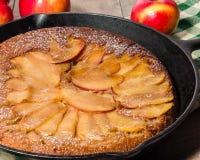 Gâteau aux pommes de poêle avec des pommes Photographie stock libre de droits