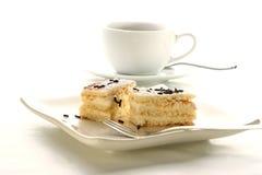 gâteau aux pommes et une cuvette de café avec du lait Images stock