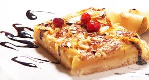 Gâteau aux pommes fait maison doux avec de la cannelle Images stock