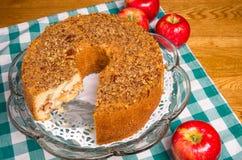 Gâteau aux pommes frais et pommes rouges avec des disparus de part Images libres de droits