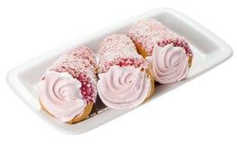 Gâteau avec de la crème rose d'une plaque Photos stock