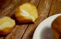 Gâteau avec de la crème sur le fond en bois Photographie stock libre de droits
