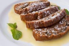 Gâteau avec de la sauce à vanille Image libre de droits