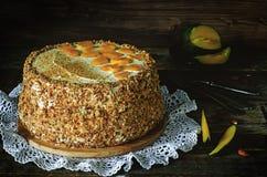 Gâteau avec des amandes ; crème, gâteau au fromage et mangue caramélisée photos stock