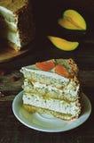 Gâteau avec des amandes ; crème, gâteau au fromage et mangue caramélisée Photo stock