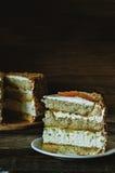 Gâteau avec des amandes ; crème, gâteau au fromage et mangue caramélisée Image stock