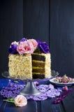 Gâteau avec des amandes et des clous de girofle Images stock