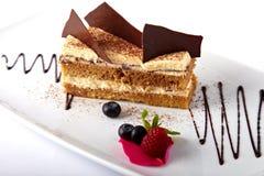 Gâteau avec des baies de crème anglaise et d'été photos stock