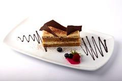 Gâteau avec des baies de crème anglaise et d'été photographie stock libre de droits