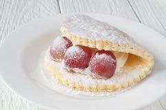 Gâteau avec des baies de raisin Photographie stock libre de droits