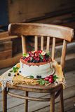Gâteau avec des baies sur le fond en bois Image libre de droits